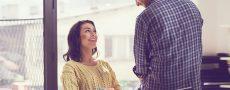 Frau und Mann beim Flirten am Arbeitsplatz