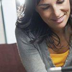 Frau am Tablet kennt die Tipps für den richtigen Umgang mit Ex und Date auf Facebook
