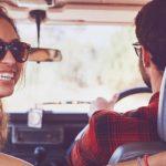 Paar im Urlaub auf Entdeckungstour im Mietwagen