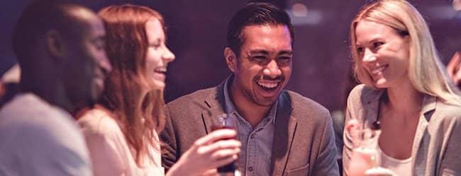 Zwei Frauen und zwei Männer im Gespräch ober eine offene Beziehung