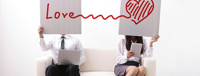 Frau fragt sich welcher Typ Sie ist und ob Liebe oder Karriere den Fokus hat