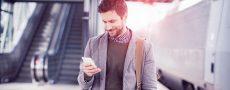 Mann schaut in sein Handy und merkt nicht dass er ein SMS Missverständnis erzeugt