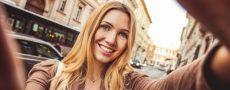 Single-Frau aus der Wiener Neustadt macht Selfie in der Stadt von sich