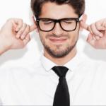 Mann mit Brille hält sich Ohren zu um herauszufinden wie anziehend eine Stimme wirkt