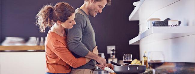Zeichen echte Liebe: Mann kocht für Frau