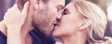 Kussarten beispielhaft dargestellt, indem Frau und Mann kurz vor dem Zungenkuss stehen