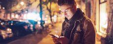 Mann steht mit Handy an der Straße, die Ex meldet sich wieder