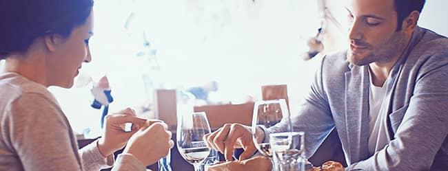 Beim Date essen gehen - Mann und Frau am Tisch