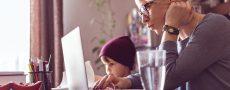 Frau auf Partnersuche mit Kind zu Hause am PC