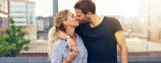 Frau hat ihren Ex zurückgewonnen und küsst ihn