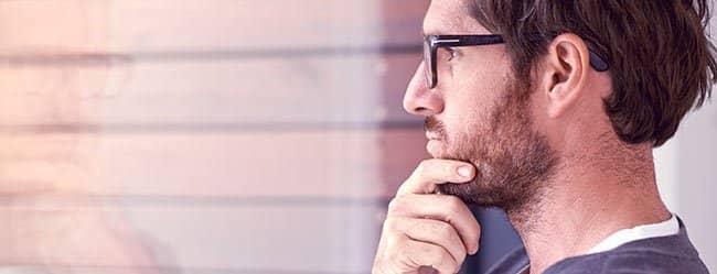 Mann schaut nachdenklich als Symbol für eifersüchtige Männer
