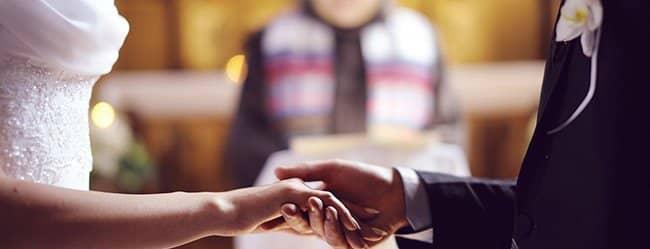 Mann und Frau vor dem Altar - er versucht die Frau fürs Leben zu finden