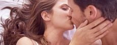 Frau küsst Mann, weil sie fremdgehen will