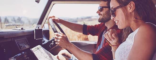 Mann und Frau gemeinsam im Auto als Bild für Freundschaft von Mann und Frau