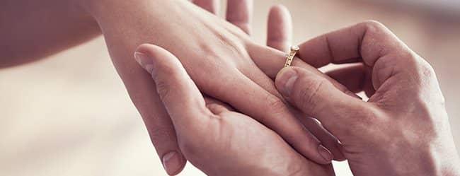 """Mann steckt Frau Ring an den Finger - sie fragt sich:"""" Ist er der Richtige?"""""""