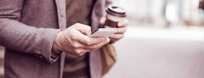 Kommunikation zwischen Mann und Frau während Mann mit Handy telefoniert