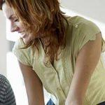 Liebe am Arbeitsplatz: Mann und Frau flirten