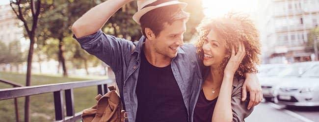 Mann und Frau Arm in Arm, als Zeichen für Monogamie