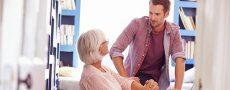 Mutter-Sohn-Beziehung: Frau sitzend und Mann stehend unterhalten sich
