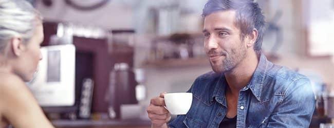 Nach dem ersten Date: Frau und Mann trinken zusammen Kaffee