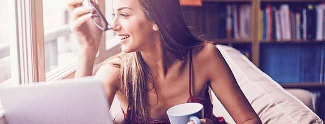 Sapiosexuell: Frau schaut aus dem Fenster