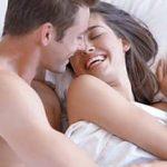 Frau mit Mann im Bett - sie hat Sex mit dem Ex