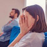 Mann und Frau voneinander abgewandt haben Streit in der Beziehung