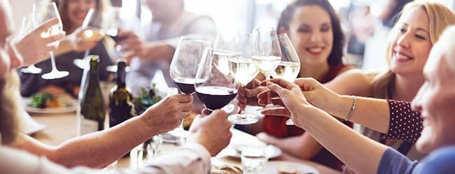 Familie stößt mit Wein an: Frau ist verliebt in Cousin