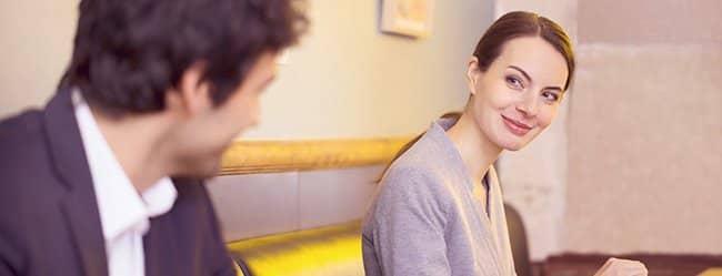 Frau schaut Mann an - sie ist verliebt in einen vergebenen Mann