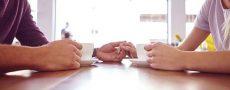 Vertrauen Beziehung: Mann und Frau trinken Kaffee und halten sich die Hände