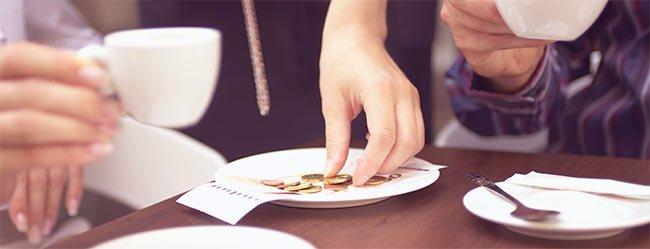 Date Dilemma Rechnung: Nahaufnahme von Tisch im Cafe auf dem Rechnung bezahlt wird