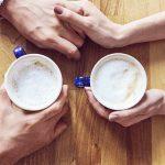 """Bei einem Kaffee fragen sich zwei: """"Beziehung ja oder nein?"""""""
