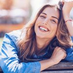 Glücklicher Single stützt lachend den Kopf ab