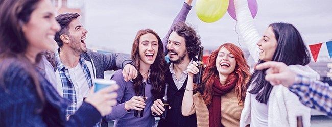 Frau ist mit 30 noch Single und am Feiern mit Freunden