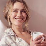 Frau lächelt in Kamera als Single mit 30