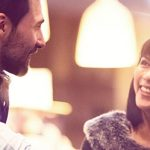 Mann und Frau befolgen Flirttipps beim vorsichtigen Annähern