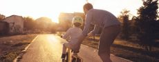 Alpha-Softie: Mann bringt Jungen Fahrradfahren bei