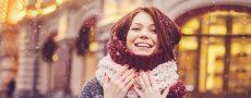 Single Frau im Winter auf der Straße hat ihre Single Vorsätze 2019 definiert