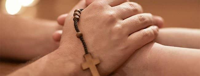 Zwei Hände halten Kreuzkette - Christ sucht Christ