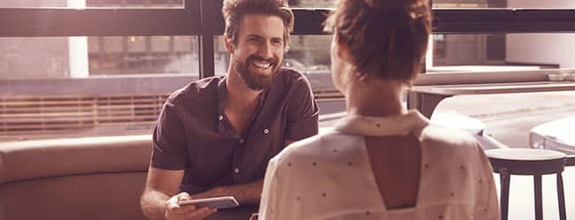 Mann lächelt Frau an