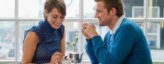 Mann zeigt seine Körpersprache beim Date