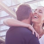 Mann und Frau gelingt die perfekte Begrüßung beim ersten Date