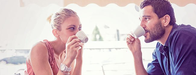 Eine Frau lernt in einem Café bei einem Espresso einen Mann kennen