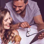 Gemeinsam zu Hause frühstücken und sich austauschen: Dieses Paar ist glücklich
