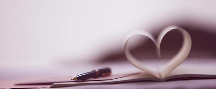 Buchseiten als Herz als Symbol für Was ist Liebe?