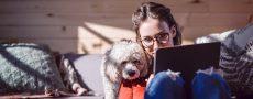 Social Distancing: Single sitzt alleine zu Hause