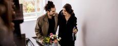 Mann schenkt Frau Blumen - er will Frauen glücklich machen