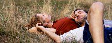 Mann Frau liegen im Gras sind dabei sich neu zu verlieben