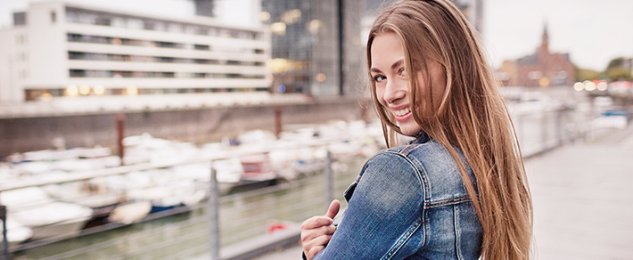 Kölner Single Frau lächelt in die Kamera