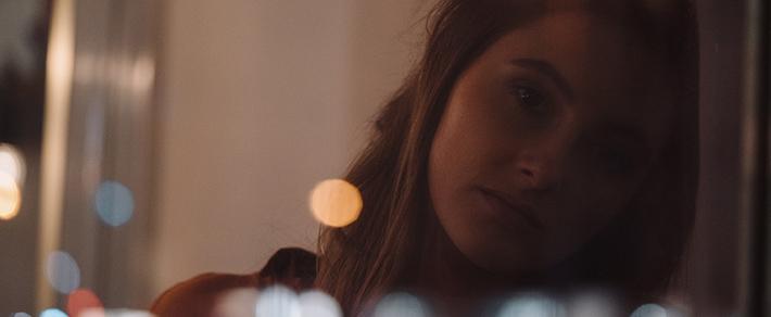 Frau schaut traurig - Sie will Liebeskummer überwinden